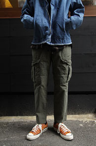 Khaki Banding Cargo Cutting Pants<Br>카키컬러, 밑단 컷팅 디테일<br>편안한 착용감의 카고팬츠