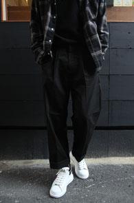 Black Wide Fit Half Banding Pants<Br>블랙컬러, 코튼 소재<br>하프밴딩 디테일의 와이드 팬츠