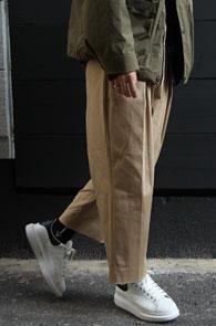 Beige Cotton Wide Crop Pants<Br>베이지 컬러, 코튼 소재<br>여유로운 실루엣의 코튼팬츠