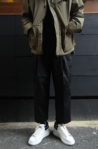 Black Cotton Wide Crop Pants<Br>블랙컬러, 코튼 소재<br>여유로운 실루엣의 코튼팬츠