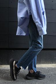 Washing Slim Cutting Denim Pants<Br>중청톤의 워싱 컬러감,절개 디테일<br>밑단컷팅 디테일의 데님팬츠