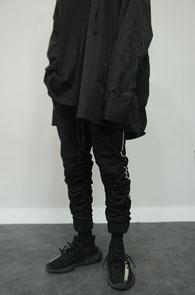 Black Shirring Crop Training Pants<Br>블랙컬러, 셔링 디테일<BR>7부기장감의 셔링 트레이닝 팬츠