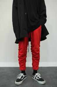 Red Shirring Crop Training Pants<Br>레드컬러, 셔링 디테일<br>7부 기장감의 트레이닝 팬츠