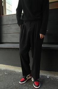 Black Wide Slacks Pants<br>블랙컬러, 와이드한 핏감<br>여유로운 실루엣의 슬랙스 팬츠