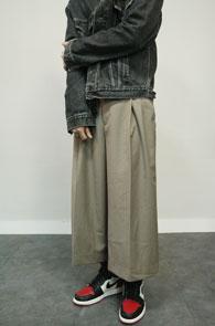 Wide Fit Crop Beige Slacks<br>박시한 와이드한 핏감, 크롭핏의 기장감<br>매우 와이드한 핏감으로 제작된 슬랙스 팬츠