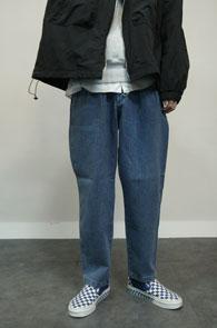 Wide Fit Denim Trousers<br>중청톤의 컬러, 여유있는 실루엣<br>투턱 디테일의 데님 팬츠