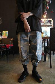 Camo Washing Jogger Pants<Br>카모패턴,워싱된 소재<br>여유있는 실루엣의 조거 팬츠