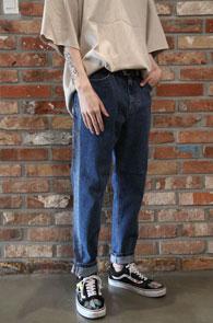 Mid Blue Side Line Denim Pants<br>사이드부분의 라인 디테일<br>여유있는 실루엣의 데님팬츠